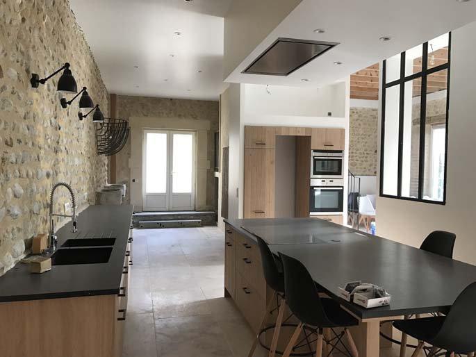 Rénovation d'une ancienne écurie en cuisine, salon et salle à manger à Valence